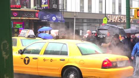 Una-Escena-Callejera-De-La-Ciudad-De-Nueva-York-Bajo-La-Lluvia-3
