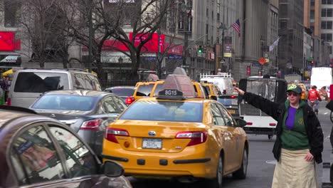 Una-Mujer-Llama-A-Un-Taxi-De-Nueva-York-Bajo-La-Lluvia