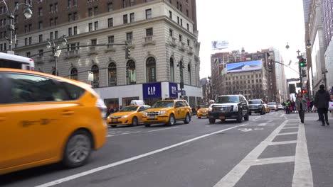 Autos-Passieren-Auf-Einer-Manhattan-Street-In-New-York-City