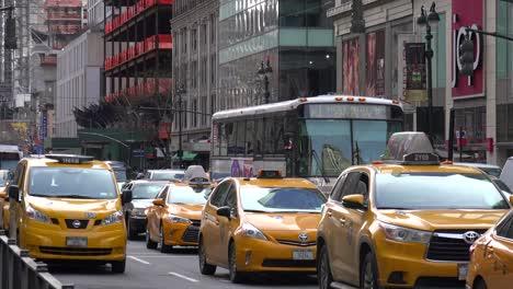 Los-Coches-Y-Los-Taxis-Pasan-En-Una-Calle-De-Manhattan-En-La-Ciudad-De-Nueva-York