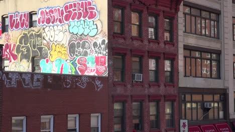 El-Arte-De-Graffiti-Aparece-En-El-Lateral-De-Un-Edificio-En-La-Ciudad-De-Nueva-York