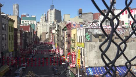 Toma-De-Establecimiento-Del-Distrito-De-Chinatown-De-La-Ciudad-De-Nueva-York-A-Través-De-Una-Valla-De-Tela-Metálica