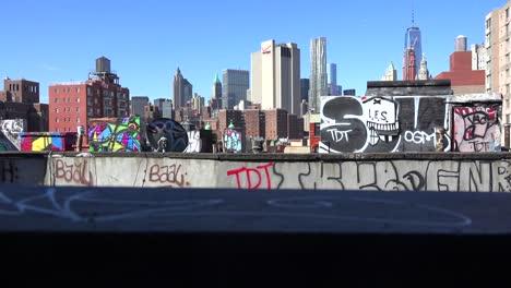 Eine-Dachansicht-Mit-Blick-über-Das-Finanzviertel-Von-New-York-City-Zu-Einem-World-Trade-Center