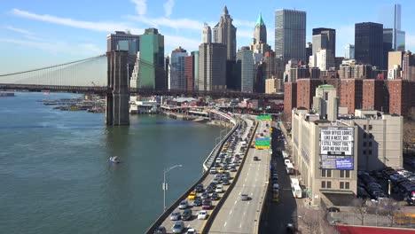 Die-Brooklyn-Bridge-East-River-Und-Der-Fdr-Parkway-An-Einem-Klaren-Sonnigen-Tag-In-New-York-City-6