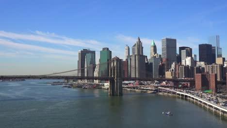 Die-Brooklyn-Bridge-East-River-Und-Der-Fdr-Parkway-An-Einem-Klaren-Sonnigen-Tag-In-New-York-City-7