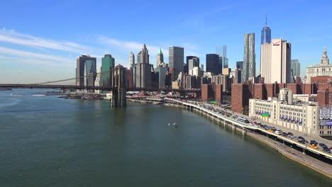 Die-Brooklyn-Bridge-East-River-Und-Der-Fdr-Parkway-An-Einem-Klaren-Sonnigen-Tag-In-New-York-City-8