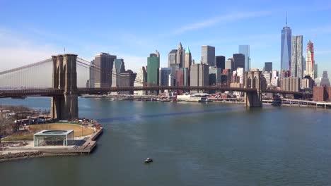 Schöne-Eröffnungsaufnahme-Des-Finanzviertels-Von-New-York-City-Mit-Brooklyn-Bridge-Vordergrund-1