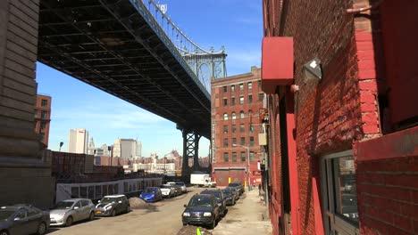 Eine-Aufnahme-Der-Dumbo-gegend-Von-Brooklyn-New-York-Einschließlich-Der-Brooklyn-Bridgen