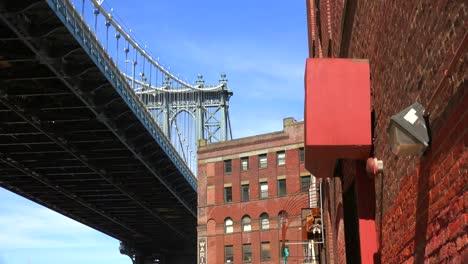 Eine-Aufnahme-Der-Dumbo-gegend-Von-Brooklyn-New-York-Einschließlich-Der-Brooklyn-Bridge-1