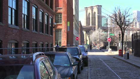 Eine-Aufnahme-Der-Dumbo-gegend-Von-Brooklyn-New-York-Einschließlich-Der-Brooklyn-Bridge-2