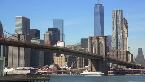 Schöne-Aufnahme-Des-Finanzviertels-Von-New-York-City-Mit-Brooklyn-Bridge-Vordergrund-Und-Booten-Unter-2-Under