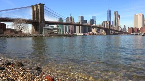 Wasserstandsaufnahme-Des-New-Yorker-Finanzviertels-Mit-Brooklyn-Bridge-Vordergrund-Und-Booten-Unter-1