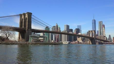 Wasserstandsaufnahme-Des-New-Yorker-Finanzviertels-Mit-Brooklyn-Bridge-Vordergrund-Und-Booten-Unter-2