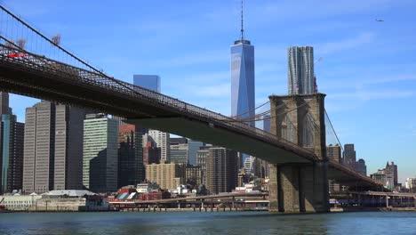 Gründungsaufnahme-Von-New-York-City-Mit-Brooklyn-Bridge-Freedom-Tower-Und-East-River