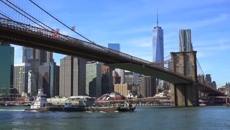 Eröffnungsaufnahme-Von-New-York-City-Mit-Brooklyn-Bridge-Freedom-Tower-Und-East-River-2