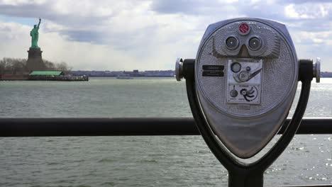 Un-Visor-Que-Funciona-Con-Monedas-Mira-La-Estatua-De-La-Libertad-En-El-Puerto-De-Nueva-York