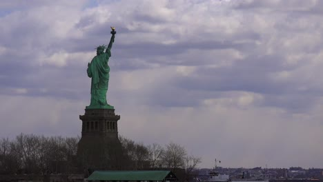 Time-lapse-of-clouds-moving-behind-the-Statue-Of-Liberty