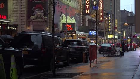 Una-Hermosa-Escena-Callejera-De-Nueva-York-Por-La-Noche-Bajo-La-Lluvia-Con-Cualidades-De-Pintura-1