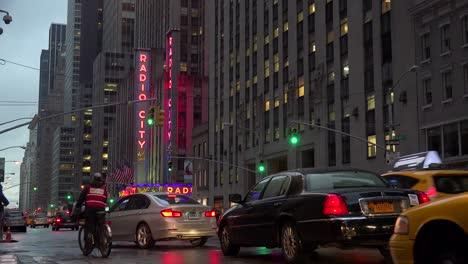 Una-Bonita-Toma-De-Establecimiento-Del-Radio-City-Music-Hall-En-La-Ciudad-De-Nueva-York-Con-Tráfico-Pasando
