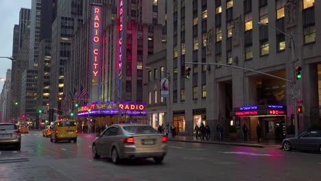 Una-Bonita-Toma-De-Establecimiento-Del-Radio-City-Music-Hall-En-La-Ciudad-De-Nueva-York-Con-Tráfico-Pasando-1