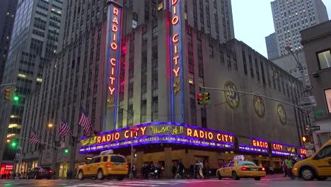 Una-Bonita-Toma-De-Establecimiento-Del-Radio-City-Music-Hall-En-La-Ciudad-De-Nueva-York-Con-Tráfico-Pasando-3