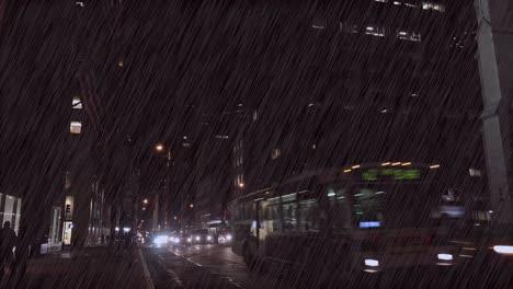 El-Tráfico-Se-Mueve-A-Lo-Largo-De-La-Quinta-Avenida-De-Nueva-York-Por-La-Noche-Durante-Una-Gran-Tormenta
