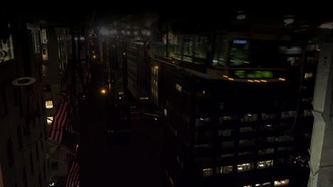 Reflexiones-En-Un-Charco-De-Tráfico-Y-Calles-Por-La-Noche-Durante-Una-Tormenta-En-Nueva-York