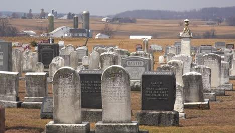 Una-Toma-De-Un-Cementerio-Amish-En-Pensilvania-Con-Una-Granja-Distante