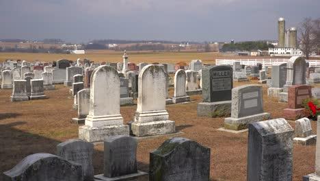 Una-Toma-De-Un-Cementerio-Amish-En-Pensilvania-Con-Una-Granja-Distante-1