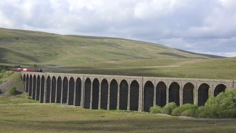 Un-Tren-De-Vapor-Pasa-Por-Un-Largo-Viaducto-De-Piedra-En-La-Campiña-Inglesa-1