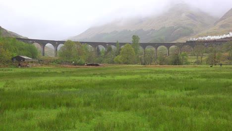 Una-Increíble-Vista-Amplia-Del-Viaducto-De-Glenfinnian-En-Escocia-Con-El-Tren-De-Vapor-Pasando