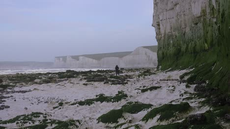 Una-Mujer-Distante-Camina-Por-Los-Acantilados-Blancos-De-Dover-Cerca-De-Beachy-Head-En-El-Sur-De-Inglaterra-1