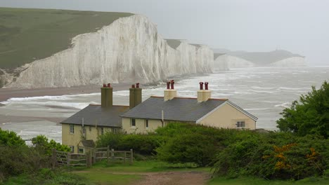 Beautiful-houses-along-the-shore-of-the-White-Cliffs-of-Dover-at-Beachy-Head-England-1
