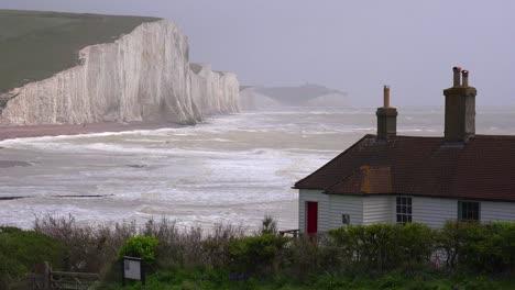 Establecimiento-De-Tiro-De-Las-Hermosas-Casas-A-Lo-Largo-De-La-Orilla-De-Los-Acantilados-Blancos-De-Dover-En-Beachy-Head-England-1