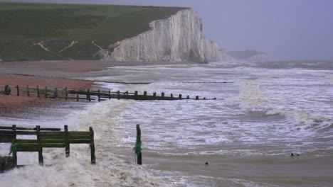 El-Mar-Se-Rompe-A-Lo-Largo-De-Los-Muelles-De-Madera-A-Lo-Largo-De-La-Orilla-De-Los-Acantilados-Blancos-De-Dover-En-Beachy-Head-Inglaterra