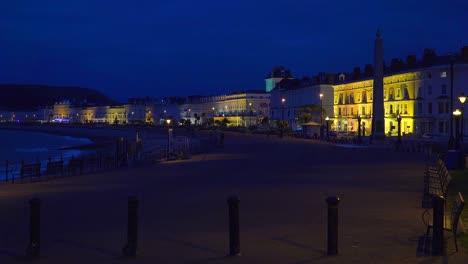 Elegante-Hotels-Säumen-Nachts-Einen-Strand-In-England