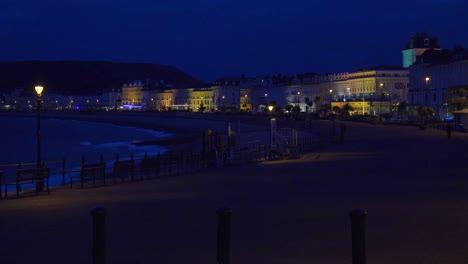 Elegante-Hotels-Säumen-Nachts-Einen-Strand-In-England-1