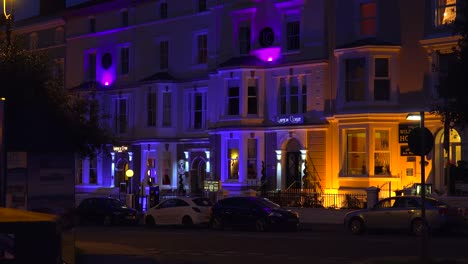 Viktorianische-Häuser-Kneipen-Und-Hotels-Werden-Nachts-In-Einer-Englischen-Stadt-Beleuchtet