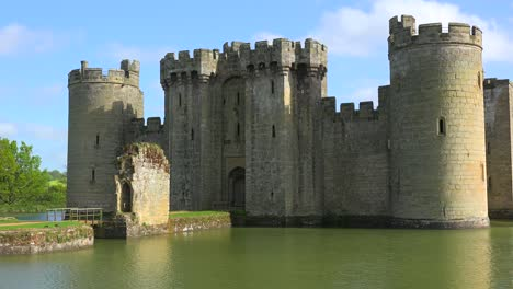 The-beautiful-Bodiam-castle-in-England-with-large-moat-2