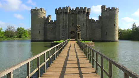 The-beautiful-Bodiam-castle-in-England-with-large-moat-3