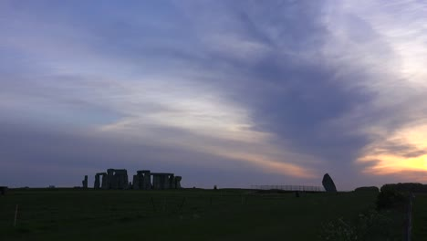 Stonehenge-in-the-distance-on-the-plains-of-England