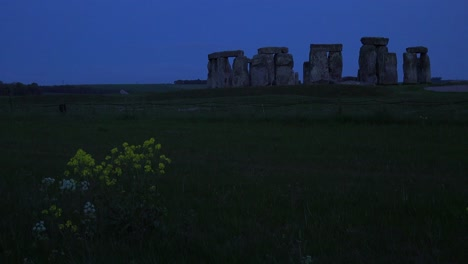 Stonehenge-in-the-distance-on-the-plains-of-England-at-night