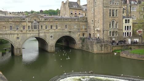 Establecimiento-De-Tiro-De-Un-Puente-Cubierto-En-Bath-Inglaterra