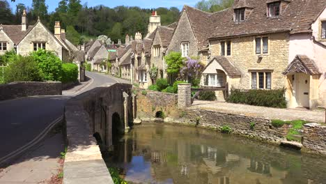 The-idyllic-town-of-Castle-Combe-in-the-English-countryside