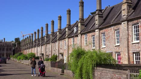 Beautiful-old-English-row-houses-line-the-streets-of-Wells-England