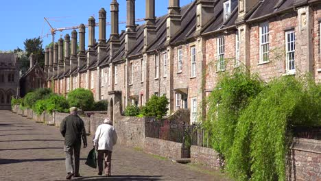 Beautiful-old-English-row-houses-line-the-streets-of-Wells-England-2