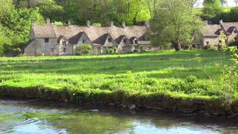 The-beautiful-and-well-preserved-old-English-town-of-Bilbury