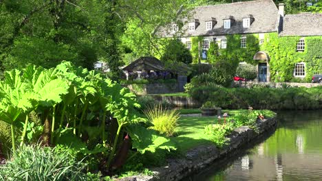A-beautiful-estate-surrounded-by-gardens-and-lush-botanical-riches-in-Bilbury-Engalnd