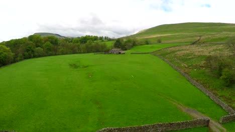 Toma-Aérea-Sobre-Campos-Agrícolas-Y-Muros-De-Piedra-En-Inglaterra-Gales-Escocia-O-Irlanda