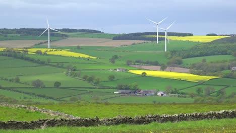A-wind-farm-in-England-generates-power-amongst-farm-fields-1